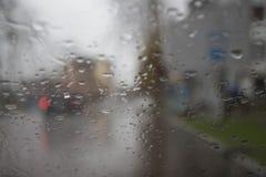 Rozmyta samochodowa sylwetka widzieć przez wody opuszcza na samochodowej przedniej szybie Obrazy Stock
