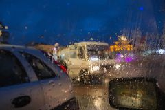 Rozmyta samochodowa sylwetka widzieć przez wody opuszcza na samochodowej przedniej szybie Obraz Royalty Free