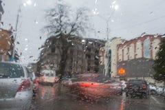 Rozmyta samochodowa sylwetka widzieć przez wody opuszcza na samochodowej przedniej szybie Obrazy Royalty Free