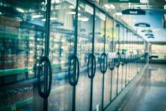 Rozmyta tło rozmaitość zamarznięty i przetwarzający jedzenie w chłodni przy Amerykańskim supermarketem zdjęcia stock