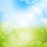 Rozmyta tło wiosna, niebieskie niebo z rażącym słońcem Fotografia Royalty Free