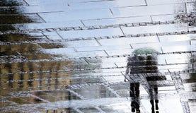 Rozmyte odbicie cienia sylwetki pary odprowadzenie na zmroku r Fotografia Stock