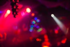 Rozmyty abstrakcjonistyczny kolorowy barwiony tło w noc klubie z bokeh czerwieni laserami Zdjęcia Stock