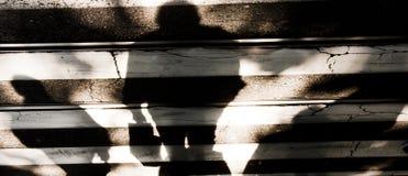 Rozmyty cienia silhouete ludzie krzyżuje ulicę Zdjęcie Stock