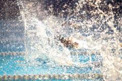 Rozmyty tło pluśnięcie kropli woda na dopłynięcie rasie Fotografia Stock