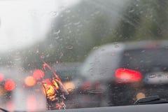 Rozmyty wizerunek inside samochody z bokeh zaświeca z ruchu drogowego dżemem a Zdjęcie Stock