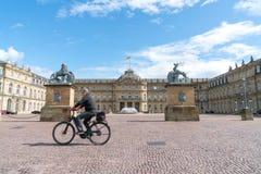 Rozmyty wizerunek mężczyzna kolarstwo za wielkim brukowa courtyayd sura Zdjęcia Stock
