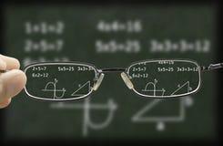 Rozmyty wzrok chalkboard korygujący szkłami zdjęcia stock