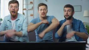 Rozochoceni śmieszni faceci tanczy na kanapie, raduje się dobrych finały sport rywalizacja zbiory wideo