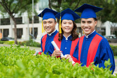 Rozochoceni absolwenci w kampusie fotografia stock