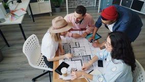 Rozochoceni architekci opowiada i rysuje na budynku planują wtedy robić wysokości zdjęcie wideo