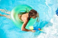 Rozochoceni dzieci bawić się waterguns, cieszenie, doskakiwanie, pływa w basenie obraz royalty free