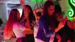 Rozochoceni dziewczyna przyjaciele robią fotografii na telefonu komórkowego zakończeniu wpólnie przy przyjęciem w modnym noc klub zdjęcie wideo