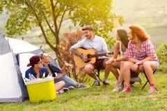 Rozochoceni faceci z gitarą w obozie zdjęcie royalty free