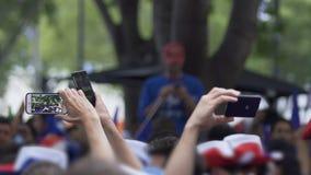 Rozochoceni fan piłki nożnej filmuje wideo na smartphone, czeka sport drużyny zdjęcie wideo