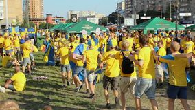 Rozochoceni fan piłki nożnej tanczy, omijający jeden po inny na gazonie ich obóz zdjęcie wideo