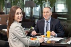 Rozochoceni koledzy biznesowego lunch w kawiarni obraz royalty free