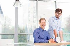 Rozochoceni męscy pracownicy dyskutują plan Obrazy Stock