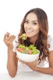 Rozochoceni młodej dziewczyny łasowania warzywa sałatkowi Zdjęcie Royalty Free