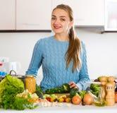 Rozochoceni młodej dziewczyny narządzania warzywa indoors Obraz Stock
