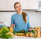 Rozochoceni młodej dziewczyny narządzania warzywa indoors Obrazy Royalty Free