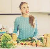 Rozochoceni młodej dziewczyny narządzania warzywa indoors Obraz Royalty Free