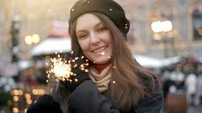 Rozochoceni m?odej kobiety mienia sparklers w r?ce plenerowej Szczeg?? ?wi?tuje nowego roku s wigili? z Bengal ?wiat?em dziewczyn zbiory wideo