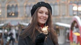 Rozochoceni m?odej kobiety mienia sparklers w r?ce plenerowej Szczeg?? ?wi?tuje nowego roku s wigili? z Bengal ?wiat?em dziewczyn zdjęcie wideo