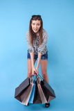 Rozochoceni potomstwa projektująca kobieta jest iść robić zakupy Obrazy Royalty Free