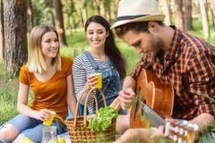 Rozochoceni przyjaciele cieszy się naturę i muzykę obraz royalty free