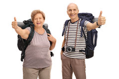 Rozochoceni starsi wycieczkowicze daje kciukowi up zdjęcie stock