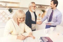 Rozochoceni starzejący się kobiety podpisywania papiery Zdjęcie Royalty Free