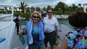 Rozochoceni turyści wsiadać na statek na ferryboat zdjęcie wideo