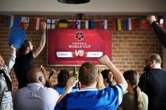 Rozochoceni zwolennicy ogląda futbol przy pubem zdjęcie royalty free