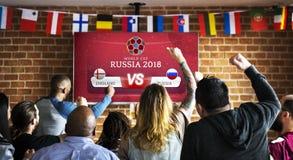 Rozochoceni zwolennicy ogląda futbol przy pubem obraz royalty free
