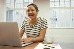 Rozochocona łacińska kobieta używa laptop obraz royalty free