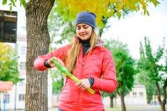 Rozochocona ładna młoda kobieta ma zabawę z mydlanymi bąblami Zdjęcie Stock