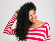 Rozochocona afro amerykańska kobieta patrzeje kamerę Zdjęcie Royalty Free