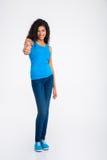 Rozochocona afro amerykańska kobieta pokazuje kciuk up Obraz Stock