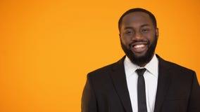 Rozochocona afroamerykańska samiec w formalnym kostiumu uśmiechniętym i patrzeje kamera zbiory