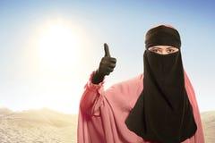 Rozochocona azjatykcia muzułmańska kobieta jest ubranym hijab z dobrym znakiem Obraz Stock