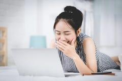 Rozochocona biznesowa dama pracuje na laptopu comouter w domu Zdjęcie Royalty Free