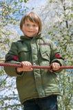Rozochocona blond chłopiec przy boiskiem obraz stock