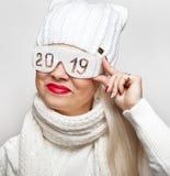 Rozochocona blondynka w zbawczych szkłach z wpisowy «2019 « fotografia stock