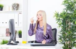 Rozochocona blounde kobieta ma kawową przerwę w biurze Obrazy Stock