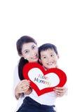 Rozochocona chłopiec daje miłości karcie matka Fotografia Royalty Free