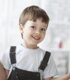 Rozochocona chłopiec indoors Fotografia Stock