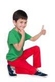 Rozochocona chłopiec z jego kciukiem up zdjęcia stock