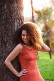 Rozochocona czarna afro kobieta outdoors Obrazy Royalty Free