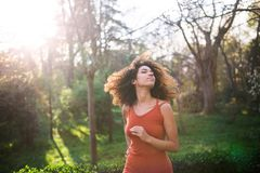 Rozochocona czarna afro kobieta outdoors Zdjęcia Stock